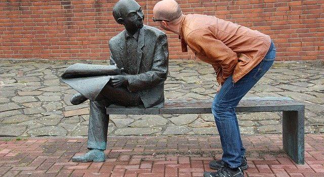 Un homme parle à une statue. Communiquer ce n'est pas parler!